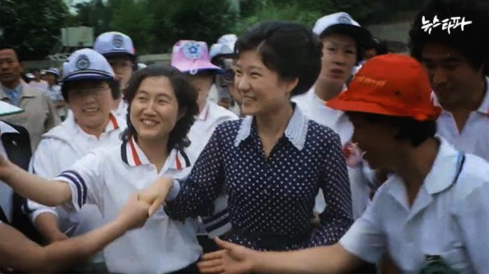 권력형 비리 의혹의 최정점 ㅇㅇㅇ 베일에 싸인 최순실 ㅇㅇㅇ 40년우정 동영상 ㅇㅇㅇ