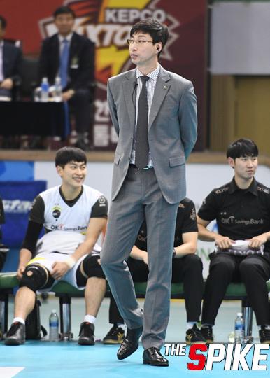 """승리 거둔 김세진 감독 """"서로 믿고 의지하는 수밖에"""""""