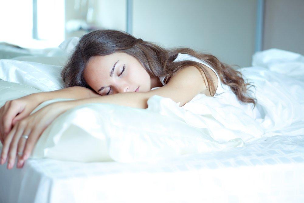Картинки по запросу девушка спит на животе