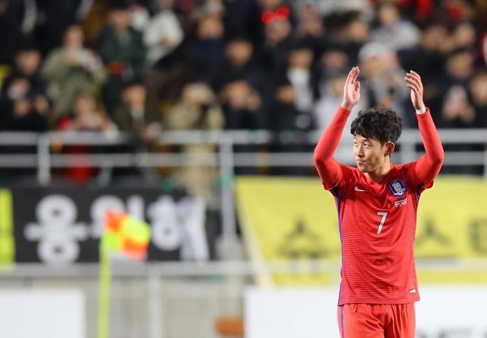 손흥민, 2년만에 'AFC 국제선수상' 수상...이승우는 '유망주상'