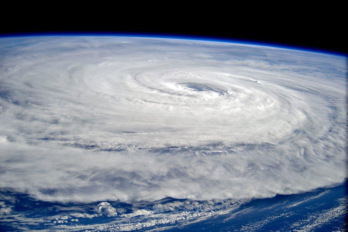 """""""한두 차례 태풍이 더 올 것"""" 끝나지 않은 태풍 10월 3일 우리나라 덮친다."""