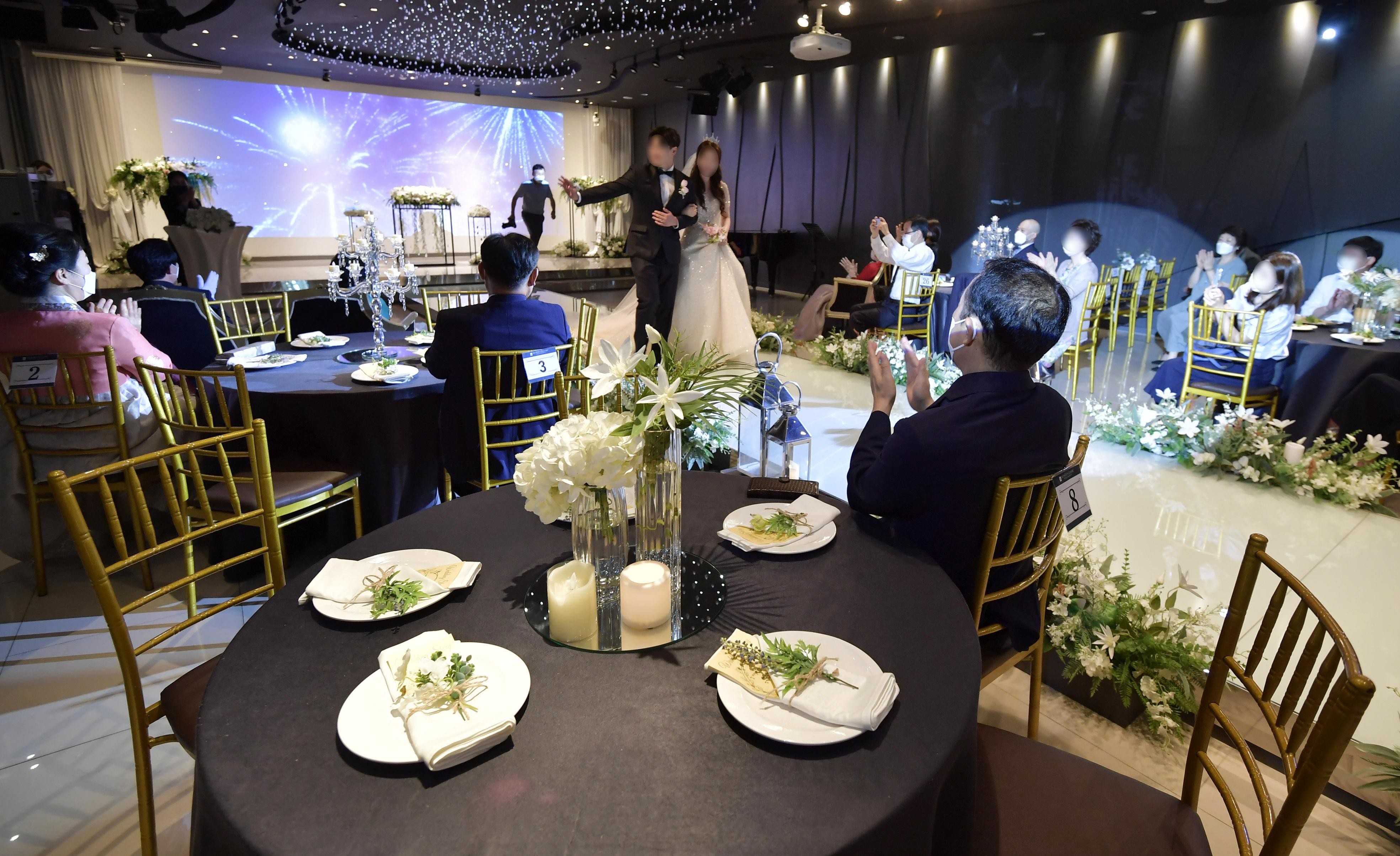 발열 체크, 예식은 스크린 중계… 코로나가 바꿔놓은 결혼식장 풍경